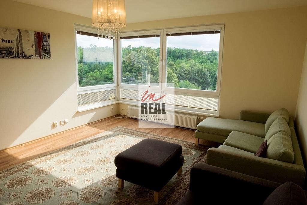 obývačka s rohovým oknom