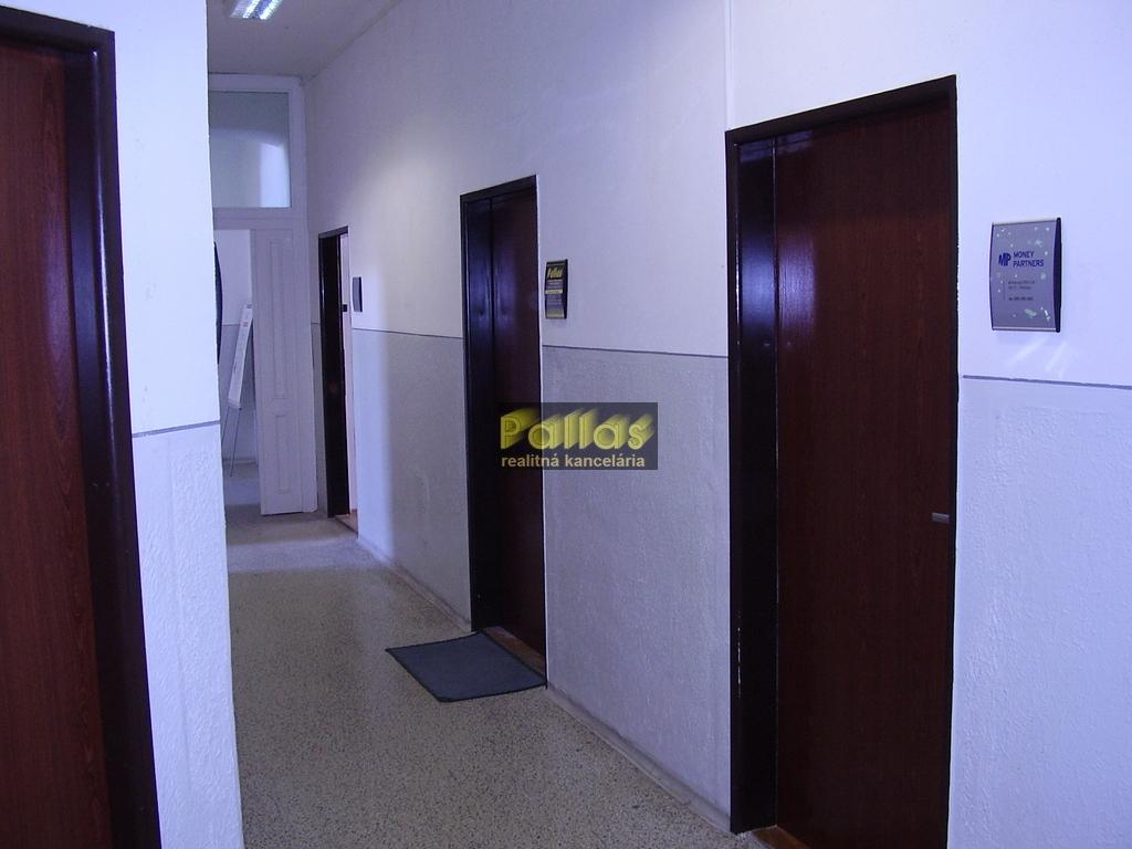 PRENÁJOM kancelárie priamo v centre Piešťan - pešia zóna (22)