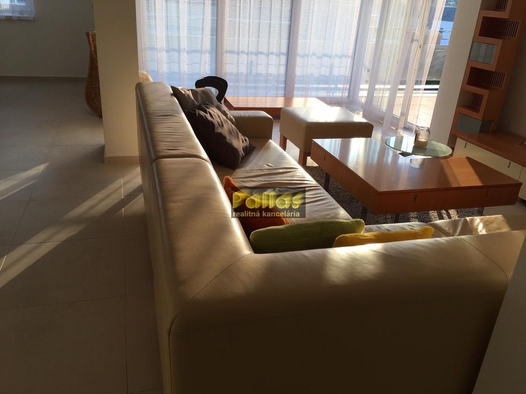 PRENÁJOM 3-izb. luxusne zariadeného bytu s terasou a garázou v lokalite Lodenica Piešťany (2)