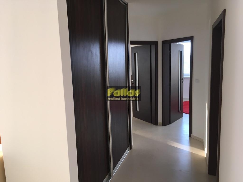 PRENÁJOM 3-izb. luxusne zariadeného bytu s terasou a garázou v lokalite Lodenica Piešťany (42)