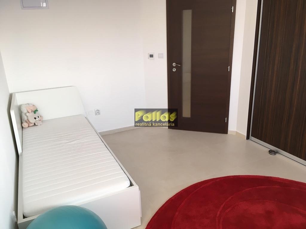 PRENÁJOM 3-izb. luxusne zariadeného bytu s terasou a garázou v lokalite Lodenica Piešťany (53)
