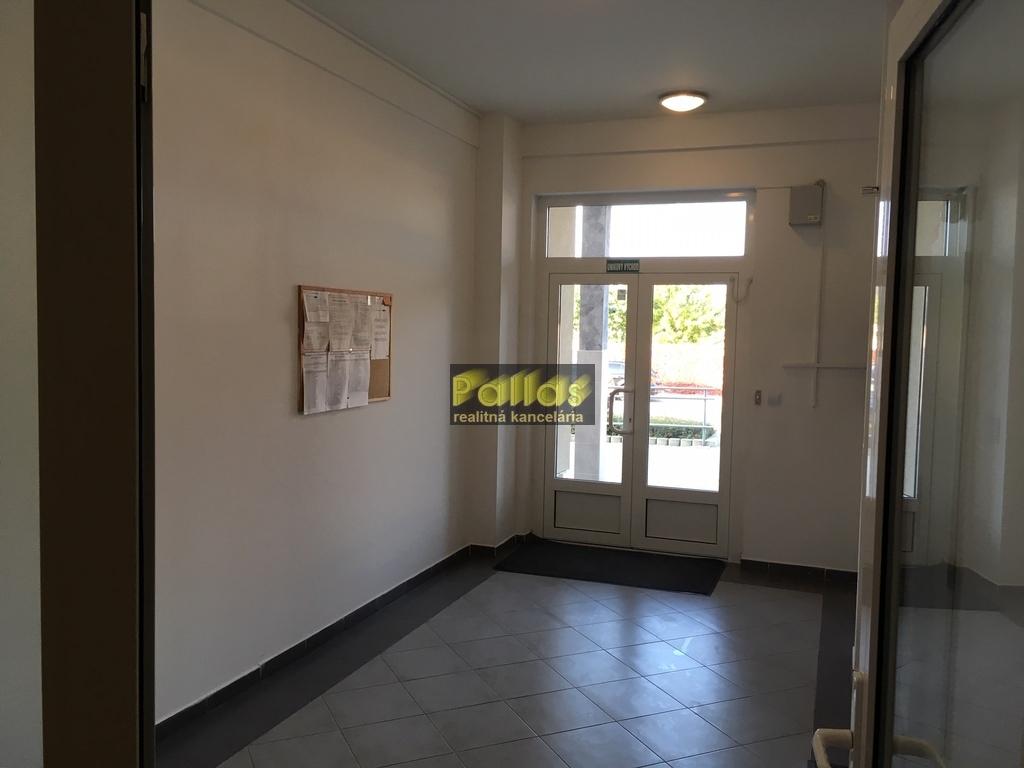 PRENÁJOM 3-izb. luxusne zariadeného bytu s terasou a garázou v lokalite Lodenica Piešťany (65)